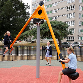 Children swinging on the Mobilus swing spinner